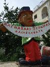 �berbleibsel des Karnevals (griechisch: Karnabali), der in vielen Orten des Epirus ausgiebig gefeiert wird.