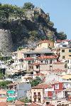 Und darunter hängen die Häuser der Altstadt von Parga am Berg wie ein Schwalbennest.
